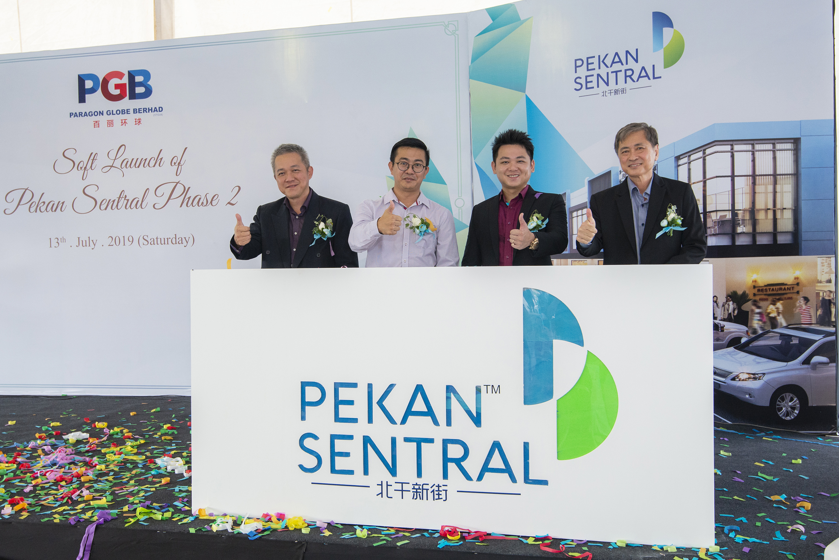 L-R: Tang Pei Hau, Development Manager of Joland Group; YB Yeo Tung Siong, ADUN Pekan Nenas; Dato'Sri Godwin Tan Pei Poh,Paragon Globe Berhad Group Executive Director and Tan Hui Boon,Paragon Globe Berhad Senior General Manager at the Pekan Sentral Phase 2 Soft Launch Ceremony.